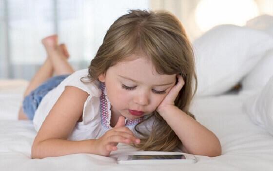 Sử dụng thiết bị điện tử nhiều sẽ ảnh hưởng như thế nào tới trẻ?